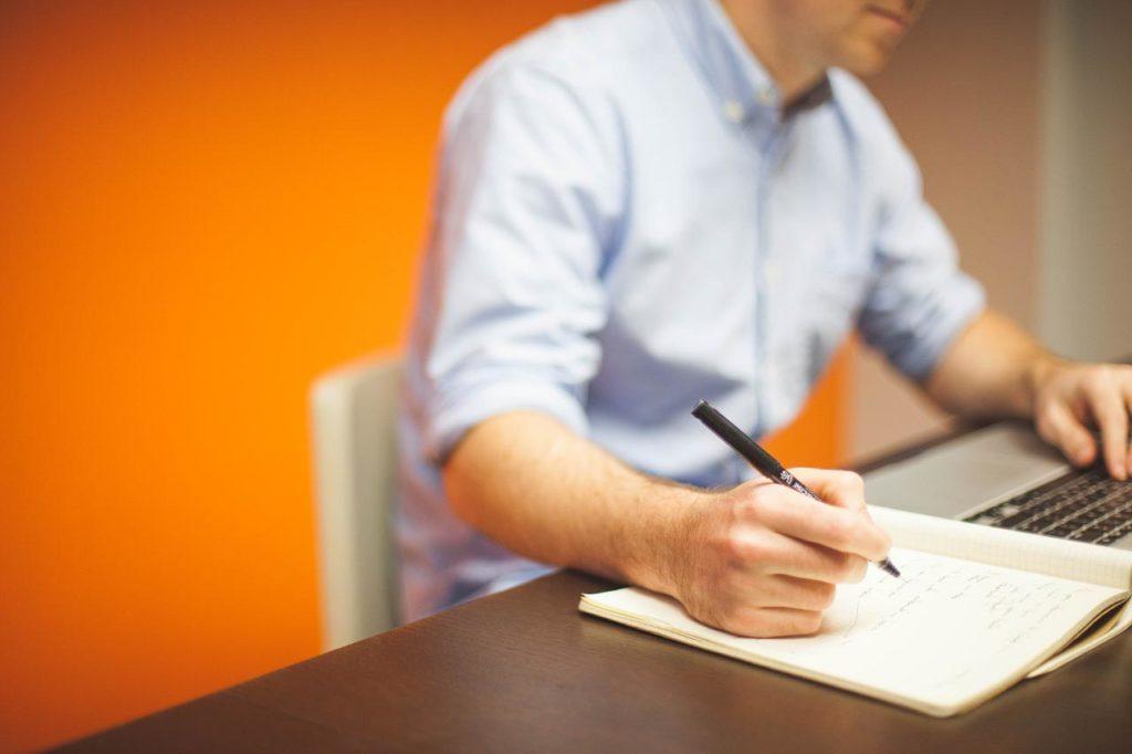 Un entrepreneur consacre de temps et d'énergie pour la réussite de son projet